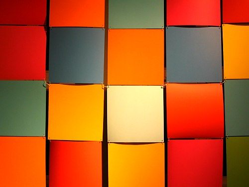 Kolorowe kwadarty będące częścią instalacji Dni Koloru