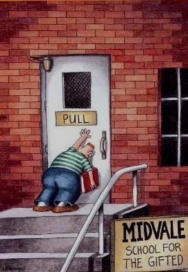 Człowiek pcha drzwi które trzeba ciągnąć