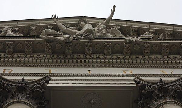 Rzeźba nad wejściem do Zachęty